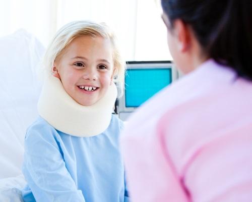 meisje met een nek brace te praten met een verpleegkundige