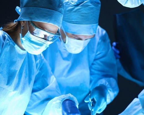 Team chirurg aan het werk op die in het ziekenhuis