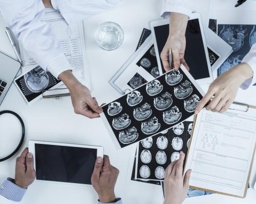 Especialistas rever exames médicos