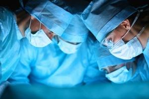 Cirurgiões operando