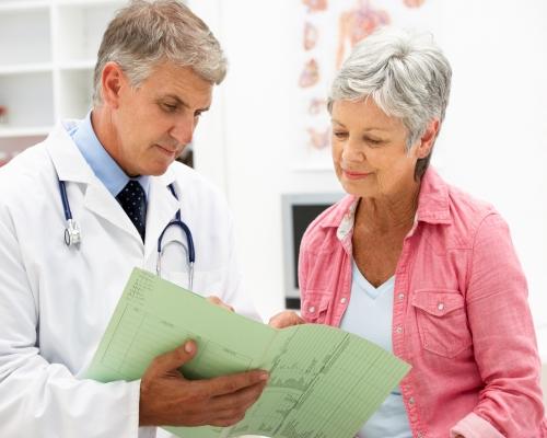 Doutor com paciente fêmea
