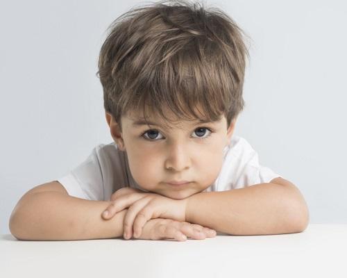 Niño pequeño pensativo